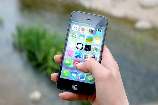 02-hand-apple-iphone-smartphone